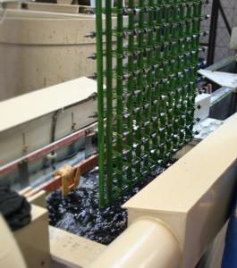 A munkadarabokat rugós-csipeszes galvanizáló szerszámokkal merítjük a kádba.