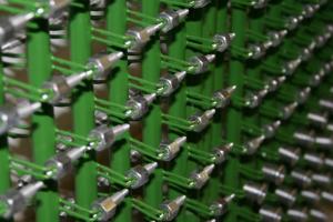 A nyers munkadarabok előkészítéséhez tartozik, a csipeszes galvanizáló szerszámra való felhelyezésük is.